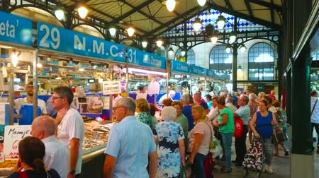 queue : JEREZ, SPAIN - SEPTEMBER 20, 2019: The crowded fresh fish and seafood division of historic Mercado Central de Abastos (Sentral Abastos Market), on September 20 in Jerez Stock Footage
