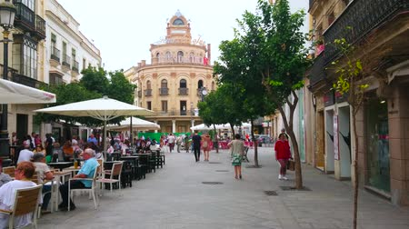 Андалусия : JEREZ, SPAIN - SEPTEMBER 20, 2019: The shady Calle Lanceria street with many outdoor cafes, bars, old edifices and historical Bodega Fundador winery on background, on September 20 in Jerez