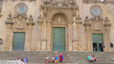 klatka schodowa : JEREZ, SPAIN - SEPTEMBER 20, 2019: Vertical panorama of the facade of medieval Gothic and Baroque style Holy Saviour Cathedral, on September 20 in Jerez Wideo