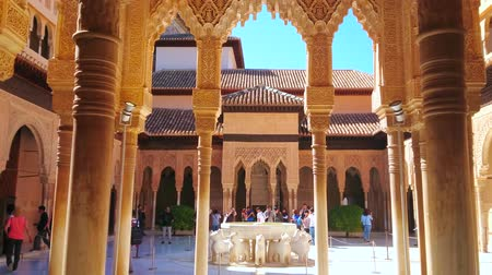 kolumna : GRANADA, SPAIN - SEPTEMBER 25, 2019: Mudejar style Court of Lions with Lion fountain, surrounded by arcades with pillars, muqarnas and sebka decors, Nasrid Palace, Alhambra, on September 25 in Granada