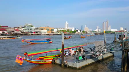 паром : BANGKOK, THAILAND - APRIL 23, 2019:  The colorful tourist speed boat waits the people at the Wat Arun pier on Chao Phraya river, on April 23 in Bangkok