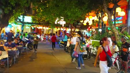 mercado : BANGKOK, THAILAND - APRIL 23, 2019: People walk the busy Khao San night market, famous for numerous small cafes, bars, food stalls and different attractions, on April 23 in Bangkok Stock Footage