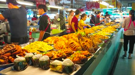 mercado : CHIANG MAI, THAILAND - MAY 4, 2019:  Tanin market boasts variety of takeaway foods, such as deep fried fish, soups in plastic packs, smoked chicken and vgetable salads, on May 4 in Chiang Mai