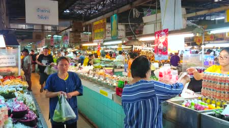 mercado : CHIANG MAI, THAILAND - MAY 4, 2019: Wide range of cool refreshing drinks in a stall of Tanin market, on May 4 in Chiang Mai