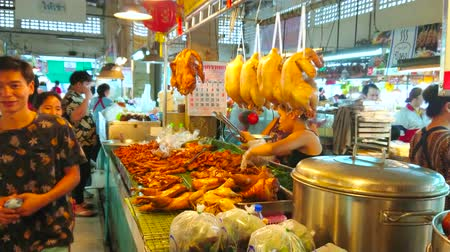 mercado : CHIANG MAI, THAILAND - MAY 4, 2019: Tanin market stall offers tasty roasted chicken, duck, pork ears and other tasty local dishes of meat and poultry, on May 4 in Chiang Mai