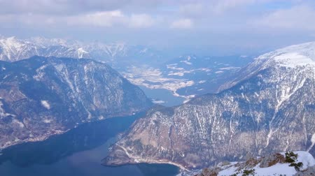 trilhas : Observe Hallstattersee lake from the Krippenstein mountain top, its crystal clear surface reflects the snowy slopes of Dachstein Alps, Salzkammergut, Austria