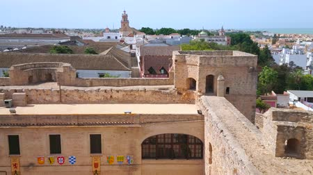 Андалусия : SANLUCAR, SPAIN - SEPTEMBER 22, 2019: Panorama from tower of Santiago Castle with its medieval court, roofs of old bodegas wineries, white housing and Atlantic Ocean coast, on September 22 in Sanlucar