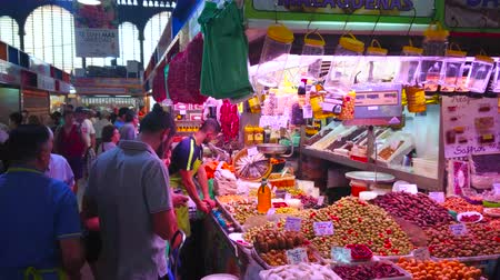 павильон : MALAGA, SPAIN - SEPTEMBER 28, 2019: The crowd at the stall of Atarazanas central market, offering different pickles, spicy olives, dried tomatoes and smoked fish, on September 28 in Malaga
