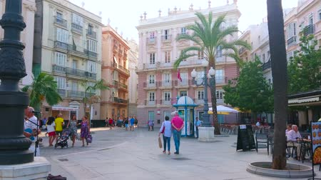karczma : CADIZ, SPAIN - SEPTEMBER 19, 2019: Pleasant walk through the Plaza de San Juan de Dios square with historical Pazos Miranda House, small outdoor cafes and tourist shops, on September 19 in Cadiz