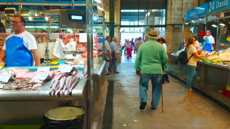 kolejka : JEREZ, SPAIN - SEPTEMBER 20, 2019: The stalls of Mercado Central de Abastos (Central Abastos Market) boasts vide range of high quality fresh fish and seafood, on September 20 in Jerez