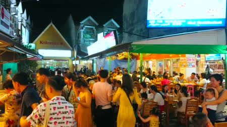 praia : PATONG, THAILAND - MAY 1, 2019: The crowded food court of evening resort, people enjoy Thai and Chinese food of local outdoor restaurants, on May 1 in Patong Vídeos