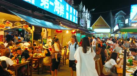 mercado : PATONG, THAILAND - MAY 1, 2019: The large outdoor area of popular Chinese restaurant, people enjoy the dinner, sitting in open air lounge, on May 1 in Patong