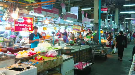 kuchnia : CHIANG MAI, THAILAND - MAY 4, 2019: Tanin market stall with wide range of Thai desserts and drinks in plastic packs, on May 4 in Chiang Mai