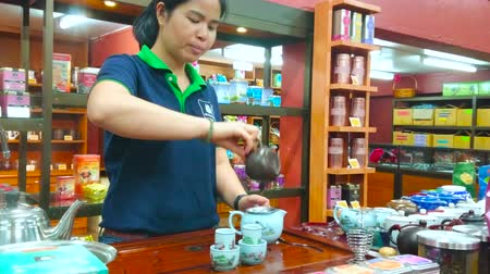 pudełko : CHIANG RAI, THAILAND - MAY 10, 2019:  Experienced employee performs the oolong tea making demonstration at the counter of Suwirun tea shop, on May 10 in Chiang Rai Wideo