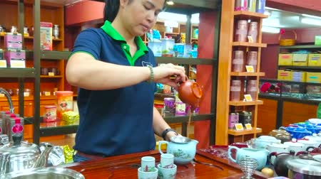 сумки : CHIANG RAI, THAILAND - MAY 10, 2019: Suwirun tea shop is perfect place to watch traditional oolong tea making demonstration, performed by skillful staff, on May 10 in Chiang Rai
