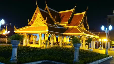 semt : BANGKOK, THAILAND - MAY 11, 2019: The evening illumination of Royal Pavilion in Mahajetsadabadin park, Wat Ratchanatdaram complex, Bangkok, Thailand, on May 11 in Bangkok Stok Video