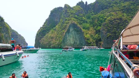 indianin : PHIPHI LEH, THAILAND - APRIL 27, 2019: Relax and swim in Pileh Bay, surrounded by cliffs of Phi Phi Leh Island, on April 27 in PhiPhi Leh
