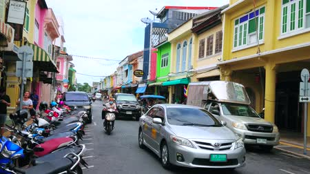 kolumna : PHUKET, THAILAND - APRIL 30, 2019: The heavy traffic through the Thalang Road of Old Town with preserved medieval housing in Sino-Portuguese style, on April 30 in Phuket Wideo