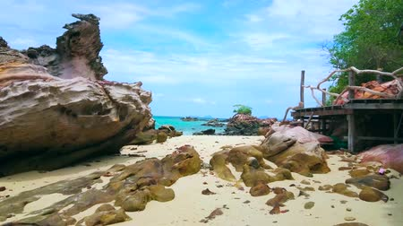 インドシナ : The pleasant walk among the huge boulders of Khai Nai island, popular for cozy sand beach and interesting rocky landscapes, Phuket, Thailand