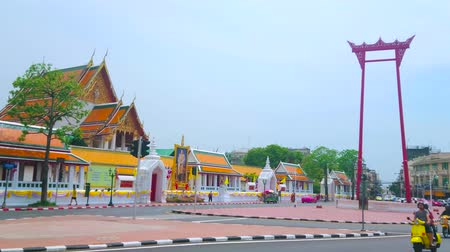 semt : BANGKOK, THAILAND - APRIL 15, 2019: The Wat Suthat temple and the Giant Swing structure are the most famous landmarks of historical residential part of Phra Nakton district, on April 15 in Bangkok Stok Video