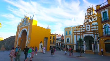 estuque : SEVILLE, SPAIN - OCTOBER 1, 2019: The crowded Esperanza Macarena square with a view on medieval Macarena Gate and same named Basilica with rich molding decor, on October 1 in Seville