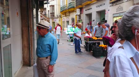 mercado : JEREZ, SPAIN - SEPTEMBER 20, 2019: The crowded Calle Levante - narrow shopping street, lined with historical edifices, located in old town, on September 20 in Jerez