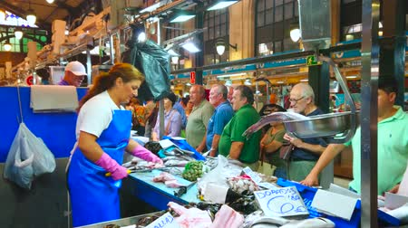 Кадис : JEREZ, SPAIN - SEPTEMBER 20, 2019: Variety of fresh fish and seafood on the counter of stall in Mercado Central de Abastos (Central Abastos Market), on September 20 in Jerez Стоковые видеозаписи