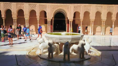 украшенный : GRANADA, SPAIN - SEPTEMBER 25, 2019: The stone Lion fountain is pearl of Nasrid Palace in Alhambra, the Lion Court is decorated with arcade, pillars and sebka carving, on September 25 in Granada