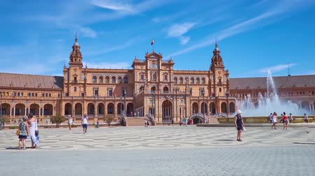 украшенный : SEVILLE, SPAIN - OCTOBER 2, 2019: Panorama of Plaza de Espana (Spain Square), famous for its brilliant Andalusian style building, decorated with towers, arcade, tile pattern, on October 2 in Seville