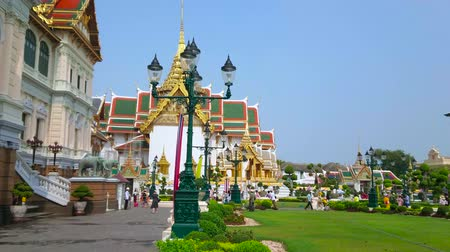 esplêndido : BANGKOK, THAILAND - MAY 12, 2019: The green lawn at the splendid Chakri Maha Prasat Throne Hall and Phra Thinang Dusit Maha Prasat Hall of Grand Palace, on May 12 in Bangkok