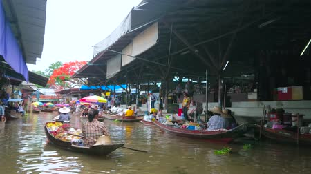mercado : DAMNOEN SADUAK, THAILAND - MAY 13, 2019: The busy canal of Ton Khem floating market with floating sampans (boats) and numerous stalls, offering different goods and foods, on May 13 in Damnoen Saduak Stock Footage