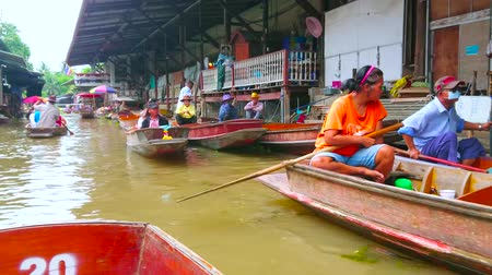 ratchaburi : DAMNOEN SADUAK, THAILAND - MAY 13, 2019: The vibrant life of Ton Khem floating market, attracting tourists with sampan (boat) tours, small cafes and different goods, on May 13 in Damnoen Saduak