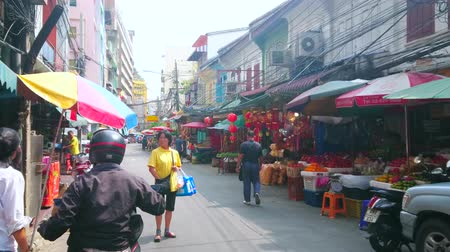 mercado : BANGKOK, THAILAND - APRIL 15, 2019: Walk along the shopping streets of Chinatown with numerous ritual objects stores and traditional tea shops with tasty Chinese and Thai teas, on April 15 in Bangkok