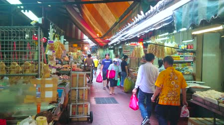 Çin mahallesi : BANGKOK, THAILAND - APRIL 15, 2019: The produce Sampheng market with different Chinese and Thai foods - peking duck, dry seafood and fish, spices, rice noodles and oolong tea, on April 15 in Bangkok