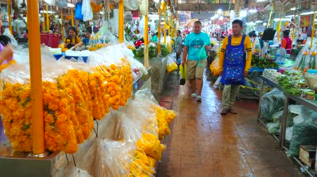 composição : BANGKOK, THAILAND - APRIL 23, 2019: The narrow alleyway between the rows of flower stalls in Yodpiman (Pak Khlong Talat) flower market, on April 23 in Bangkok Stock Footage