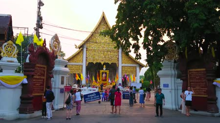 言うこと : CHIANG MAI, THAILAND - MAY 2, 2019: The view on Main Viharn Hall (Phra Viharn Luang) of Wat Chedi Luang through its old gate, on May 2 in Chiang Mai 動画素材