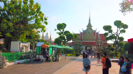 diabeł : BANGKOK, THAILAND - APRIL 23, 2019: The crowded alley leads to the scenic Yaksha demon guardians gate of Wat Arun temple, on April 23 in Bangkok