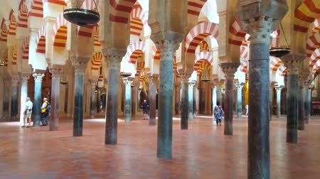 kolumna : CORDOBA, SPAIN - SEPTEMBER 30, 2019: The stunning hall of Mezquita-Catedral (Mosque-Cathedral), decorated with stone double-arched arcades and Roman columns, on September 30 in Cordoba
