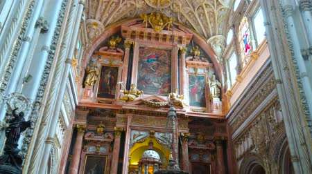 kolumna : CORDOBA, SPAIN - SEPTEMBER 30, 2019:  Historic Mezquita-Catedral (Mosque-Cathedral) Villaviciosa Chapel panorama with stunning altarpiece, paintings and carved dome, on September 30 in Cordoba