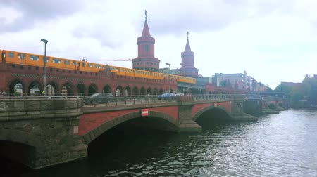 pitka : BERLIN, GERMANY - OCTOBER 3, 2019: The scenic arched construction of Oberbaumbrucke (Oberbaum bridge) across the Spree river with two decorative towers, on October 3 in Berlin Dostupné videozáznamy