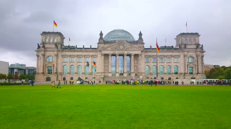 bundestag : BERLIN, GERMANY - OCTOBER 3, 2019: The juicy green lawn in Platz der Republik in front of Reichstag building with scenic stone facade, on October 3 in Berlin Stock Footage