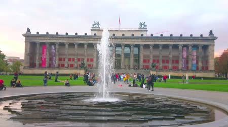crepúsculo : BERLIN, GERMANY - OCTOBER 3, 2019: The evening on Museum Island with amazing Altes (Old) Museum, Lustgarten Park and modern fountain, on October 3 in Berlin