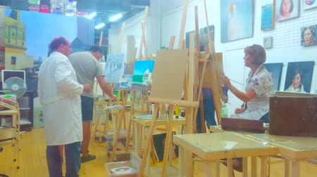 płótno : CADIZ, SPAIN - SEPTEMBER 19, 2019: The painters work at art classes, creating oil paintings on canvas, on September 19 in Cadiz