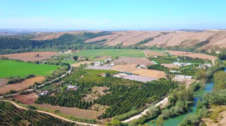 triângulo : Panorama of Guadalete valley with narrow curved Guadalete river, farmlands, vineyards of Sherry Triangle and rocky mountains of Sierra Cadiz, Arcos, Andalusia, Spain