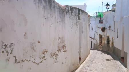 residencial : ARCOS, SPAIN - SEPTEMBER 23, 2019: Walk the narrow curved street, lined with historic white houses of medieval town-fortress, on September 23 in Arcos Stock Footage