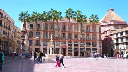 Андалусия : MALAGA, SPAIN - SEPTEMBER 26, 2019: Historical architecture of Constitution Square, famous for fashion stores, cafes, museums and ornate Fuente de Genova (Genoa Fountain), on September 26 in Malaga Стоковые видеозаписи