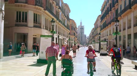 рекламный : MALAGA, SPAIN - SEPTEMBER 26, 2019: The day walk through the main city shopping area - Calle Larios street with monumental edifices, malls, stores, boutiques and galleries, on September 26 Malaga Стоковые видеозаписи