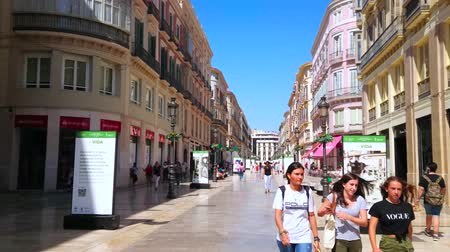 рекламный : MALAGA, SPAIN - SEPTEMBER 26, 2019: Make some shopping in Calle Larios - the notable city landmark and most expensive street with boutiques, stores, cafes and souvenir stalls, on September 26 Malaga Стоковые видеозаписи