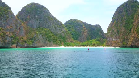 indianin : PHIPHI LEH, THAILAND - APRIL 27, 2019: Panorama of Maya Bay sandy beach, sandwiched among the rocks; tourist boats and yachts are floating along the coast, on April 27 in PhiPhi Leh