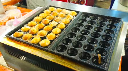 földműves : The frying machine cooks tasty Thai fried ice cream rolls in stall of Ao Nang Night Market, Krabi, Thailand